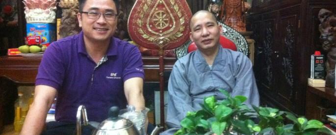 Đại diện Quỹ từ thiện Doctor Nam gặp Thày Thích Thanh Tuấn tại tịnh xá của Thày ở chùa Quán Sứ, Hà Nội; Thày hiện là Ủy viên Ban trị sự giáo hội Phật giáo Việt Nam.