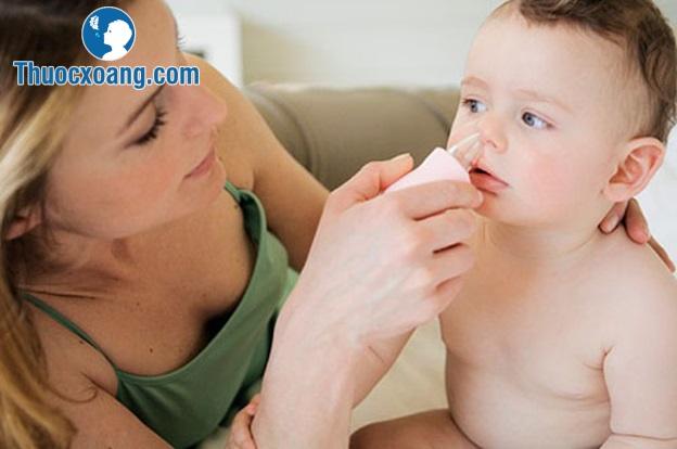 Cha mẹ nên hút sạch dịch mũi cho trẻ để trẻ dễ thở hơn
