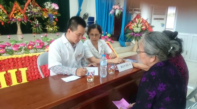 Lương y Nguyễn Ngọc Đông đang khám bệnh miễn phí cho người cao tuổi